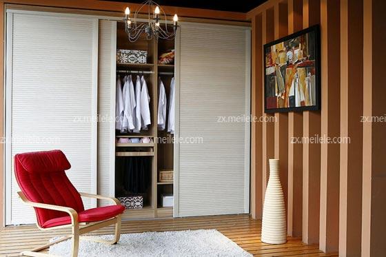 让衣柜形成了嵌入墙体的感觉,再经过到天花板的设计和衣柜推拉门的