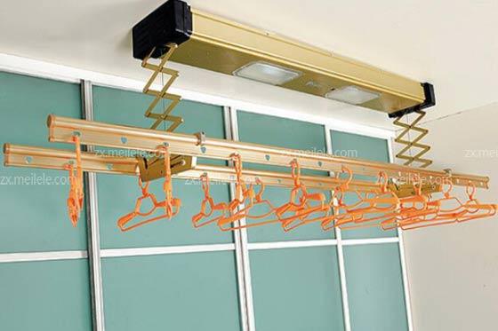 1、在安装升降晾衣架的时候,安装顶座时,先用钢尺测量一下阳台照明灯的直径,然后再等的两边15-30厘米之间做一个安装记号,再测量一下几号与阳台边沿的距离,然后更具这个距离确定顶座安装的宽顶,然后再以灯为中心,测量阳台长度,然后再根据晾衣架衣杆长度确定灯两边平分80-100厘米,再与宽度的测量距离有四个交叉点,这四个交叉点就是衣架顶座的安装位置。
